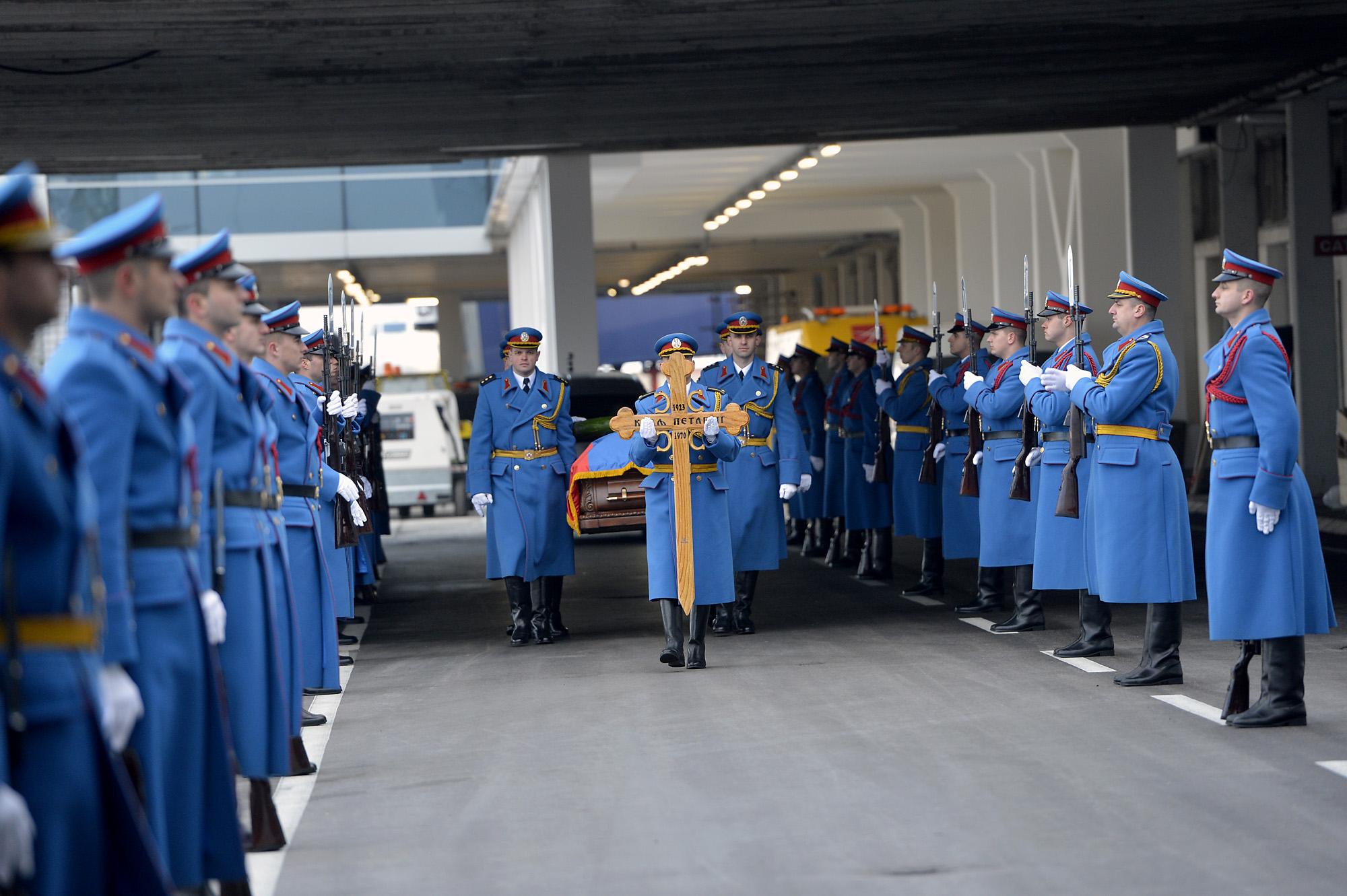 H στρατιωτική φρουρά υποδέχεται τον βασιλιά στο αεροδρόμιο του Βελιγραδίου