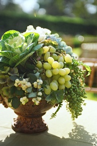 Μπουκέτο από σταφύλια και πράσινες σαλάτες