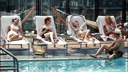 """Η θρυλική σκηνή του """"Sex & the City"""" στην πισίνα του Soho House"""