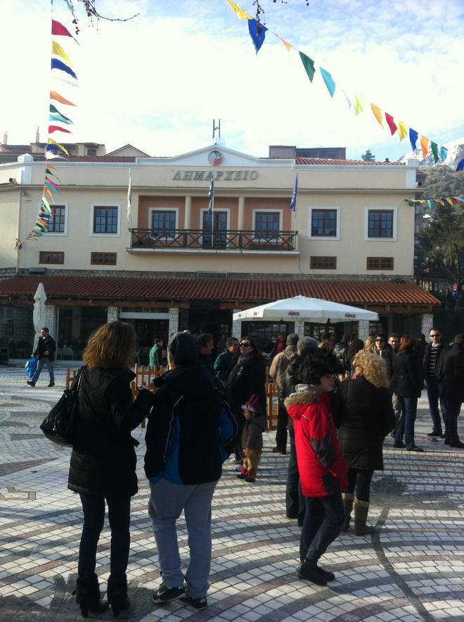 Η πλατεία μπροστά στο Δημαρχείο