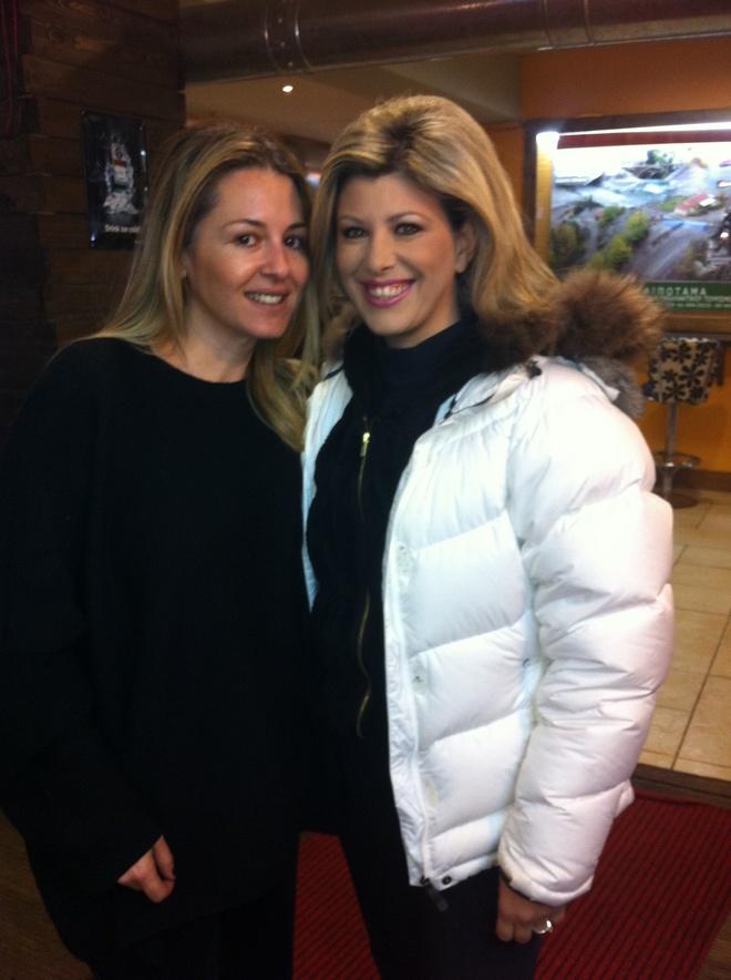 Οι...αγουροξυπνημένες σκιέρ Ιωάννα Μουτσίδη και Μαίρη Λιάπη, στο Χιονοδρομικό Κέντρο