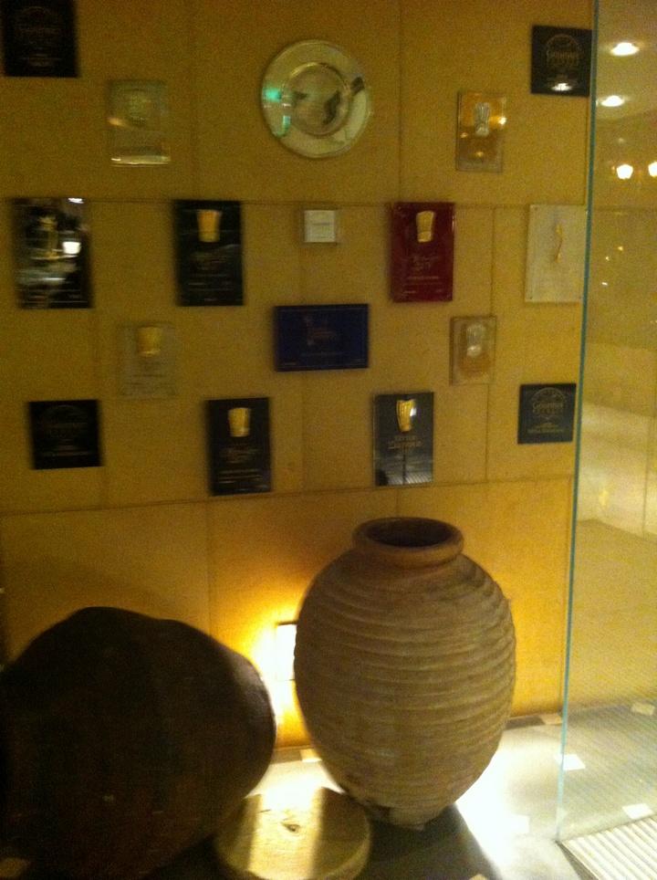 Μέρος από τα άπειρα βραβεία που έχει κερδίσει το εστιατόριο...