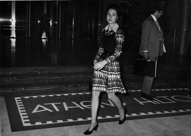 Η Julie Eisenhover, κόρη του Richard Nixon, στην είσοδο του ξενοδοχείου