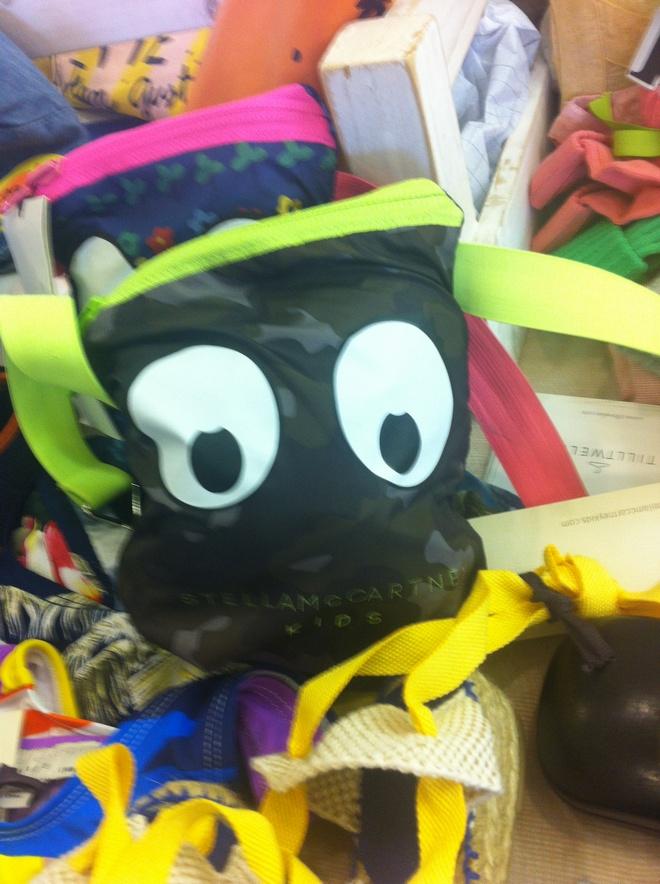 Αυτή η γλυκιά παιδική τσάντα της Stell McCartney...