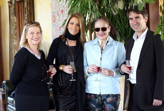 Η beauty editor Λένα Ιωαννίδου, η Πελίνα Θέμελη, η Βάση Τράκα και ο Νίκος Νάσιουτζικ