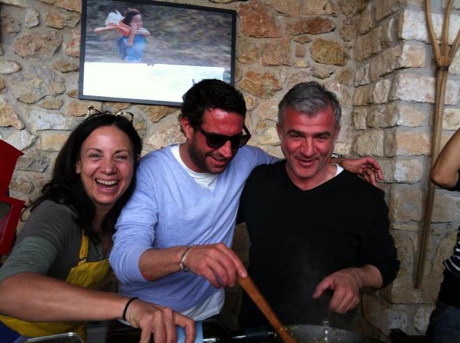 """Η blogger """"Two Minutes Angie"""" ετοιμάζει το γεύμα μαζί με τον Δημήτρη Αργυρόπουλο"""