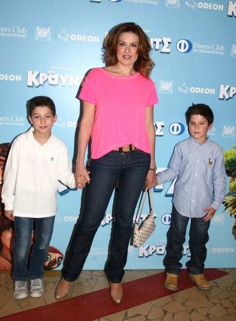 Η Ευγενία Μανωλίδου με τον γιο της Περσέα και τον ξάδελφό του, Ιάσονα