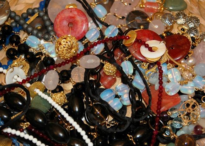 Οι πέτρες της Βανέσσας Γερουλάνου που στα χέρια της μεταμορφώνονται σε περίτεχνα κοσμήματα...