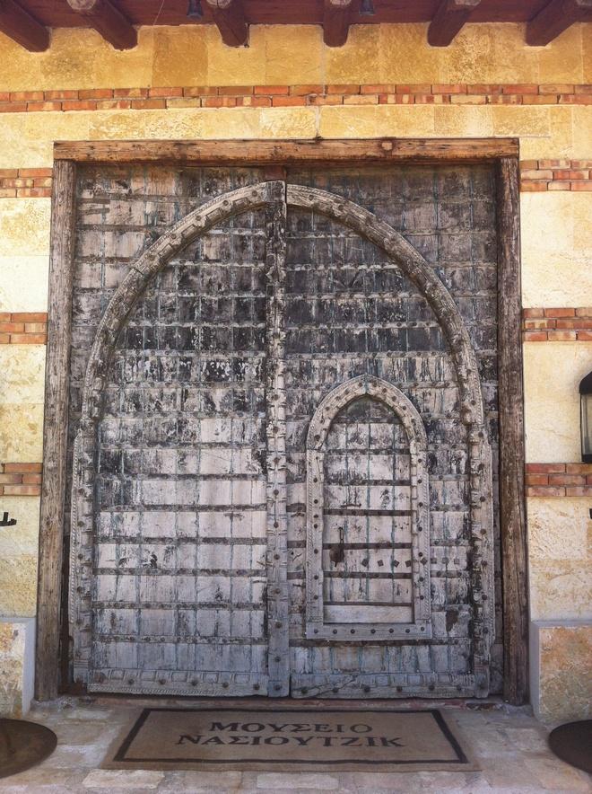 Η επιβλητική πόρτα που σε οδηγεί στους συναρπαστικούς χώρους των Μετεώρων