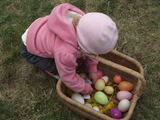 Αν έχουμε προσκαλέσει τους φίλους μας για να περάσουμε μαζί τις διακοπές του Πάσχα, διοργανώνουμε ένα Easter Egg Hunt για τα παιδιά τους...