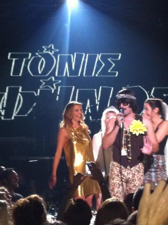 Η Βιβή μας στην πίστα με τον Τόνι Σφήνος και κάποιες κοπέλες που γιόρταζαν το bachelor party τους!