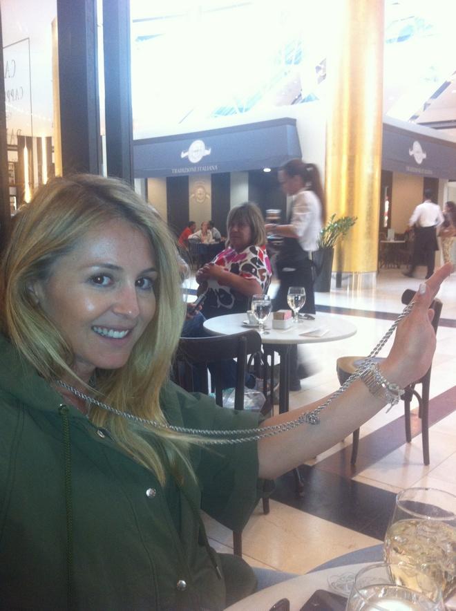 Η ..so proud Ιωάννα για το Chanel κολιέ του '70, που ανακάλυψε στην ντουλάπα της μητέρας της. Η...Carrie της παρέας!