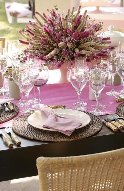 Φροντίζουμε το τραπέζι που θα φιλοξενήσει το πρωινό των καλεσμένων μας...