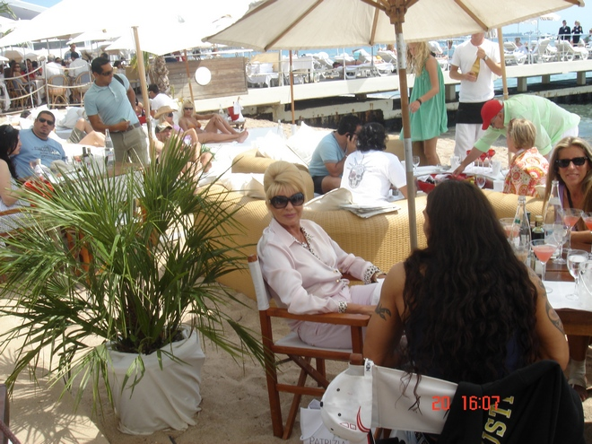 H Ivana Trump στο Nikki Beach. Γενικά, για να μην επαναλαμβάνομαι, όλα συνέβαιναν στο Nikki Beach. Ή τα περισσότερα από αυτά...