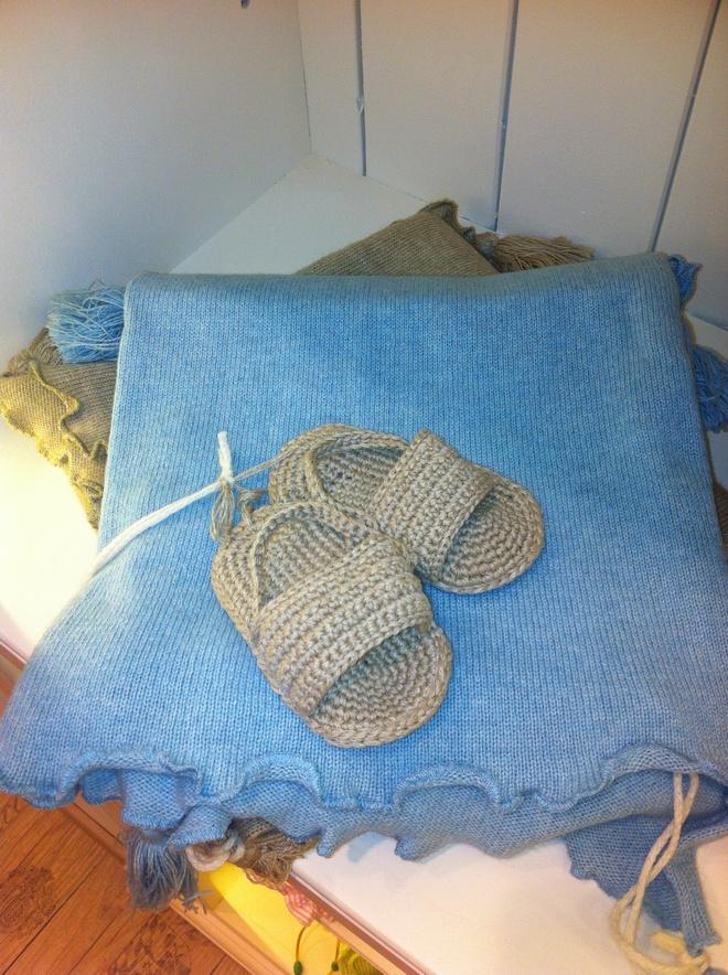 Τα πιο trendy σανδάλια για newborns, πάνω σε κασμιρένια κουβέρτα...