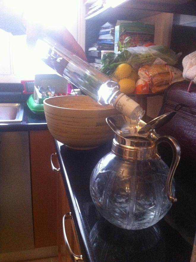 Όσο βράζω εγώ τους αστακούς, ο Νικόλας ετοιμάζει την κανάτα με το Dirty Vodka Martini...