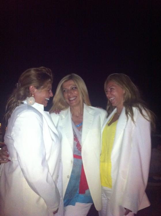 Με την Ελένη Αντωνιάδου και την Μπάρμπαρα Δανελιάν-Μπέη , και τα σακάκια του προσωπικού!