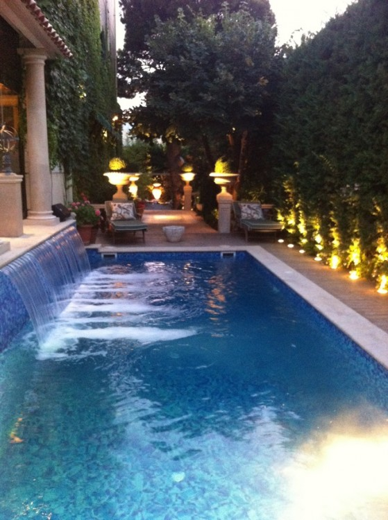 O χώρος της πισίνας της Οικίας του Γιώργου Ντάβλα όπου δόθηκε το cocktail