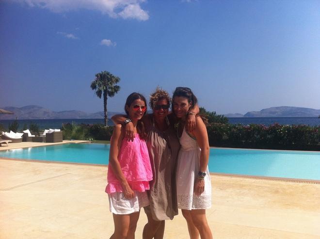 Με την Λένα Αργύρη και την Ναταλία Χαρμπή, απέναντι...