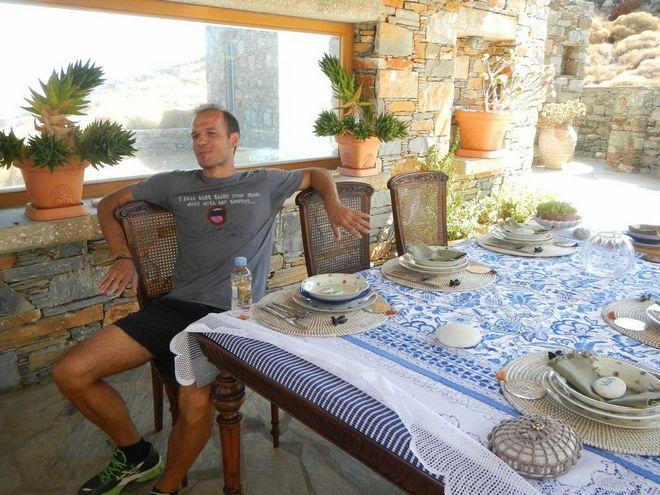 Ο Άγγελος Μπασινάς περιμένει τα eggs Benedict της Σίας μετά από πεζοπορία μίας ώρας στην παραλία της Λίας...