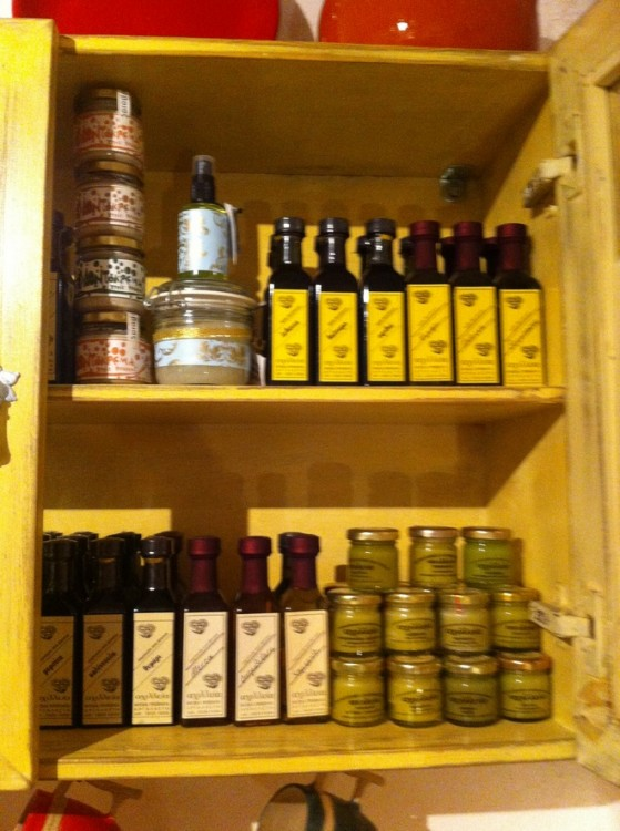 Βόλτα στα μαγαζιά της Άνω Σύρου...Απίθανα!!! Βρήκα από υπέροχα κεραμικά σερβίτσια έως βότανα για τα μαλλιά και οδοντόκρεμες φυσικές!