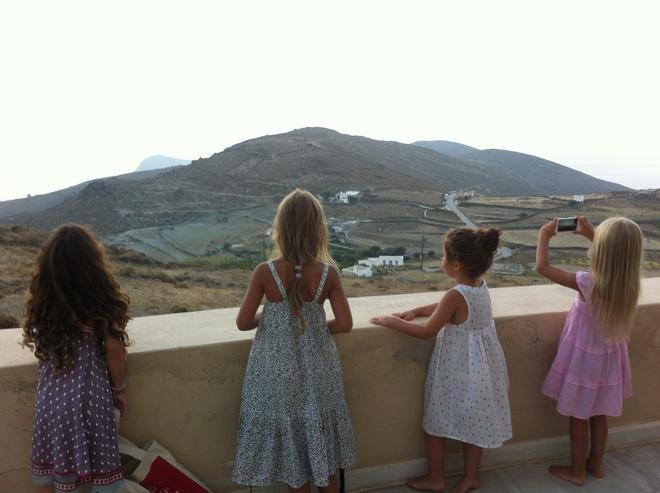 Τα κορίτσια μας περιμένουν το ηλιοβασίλεμα για να το φωτογραφίσουν...