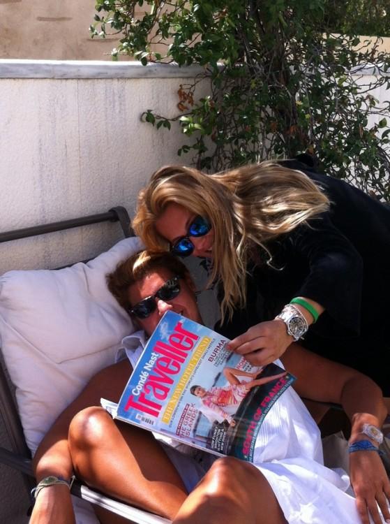 Διαβάζουμε με την Ιωάννα το τεύχος Σεπτεμβρίου στην πισίνα του Ποσειδωνίου