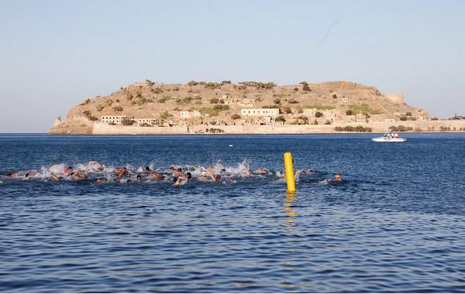 Οι κολυμβητές ξεκινούν προς την Σπιναλόγκα