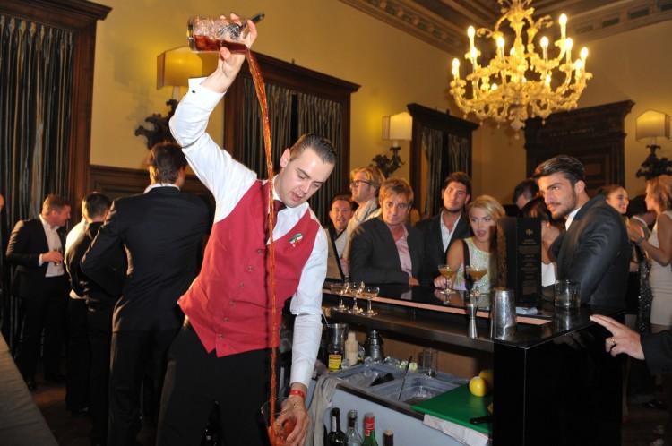 O star bartender του Λονδρέζκου Langham Hotel , Simone Caporale