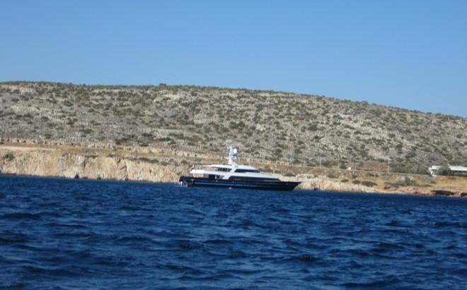 Το σκάφος του Valentino αγκυροβολημένο στον κόλπο της Αθηναϊκής Ριβιέρας, μπροστά στο Island...