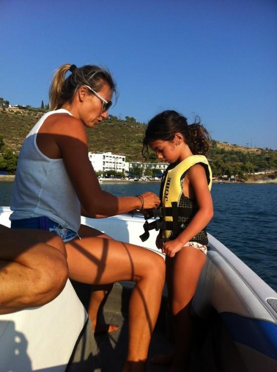 Η Μαριάννα ετοιμάζει την Ελμίνα για το μάθημα Σκι...