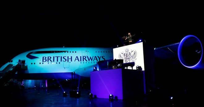 Η Leona Lewis ερμηνεύει τις επιτυχίες της στο εντυπωσιακό σκηνικό του Διεθνή Αεροδρομίου του Χονγκ Κονγκ