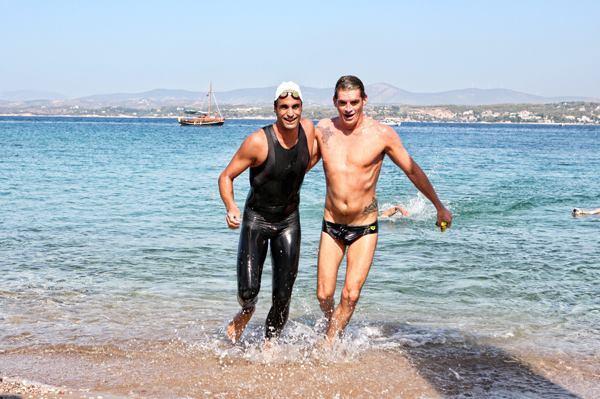Ο Σπύρος Γιαννιώτης τερματίζει εκτός συναγωνισμού μαζί με τον νικητή του Αγώνα Κολύμβησης 5.000 μ. Γιάννη Δρυμωνάκο