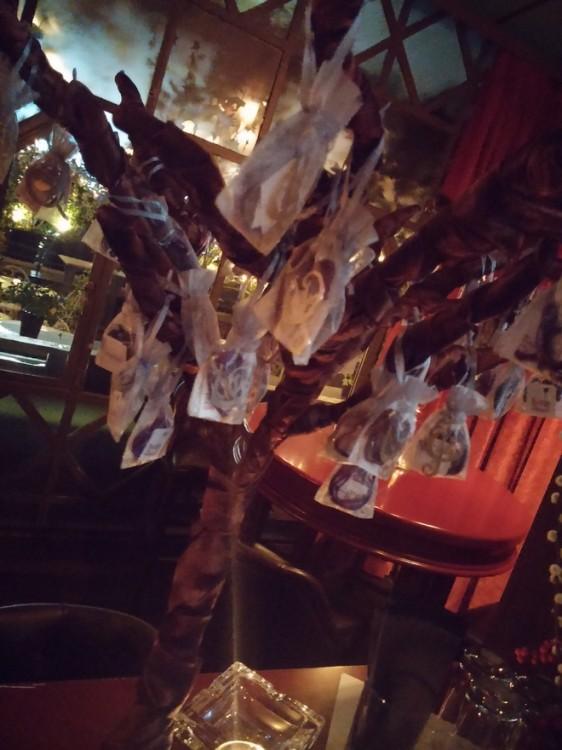 Το...δέντρο με τα υπέροχα γούρια που διατίθενται για τον συγκεκριμένο σκοπό