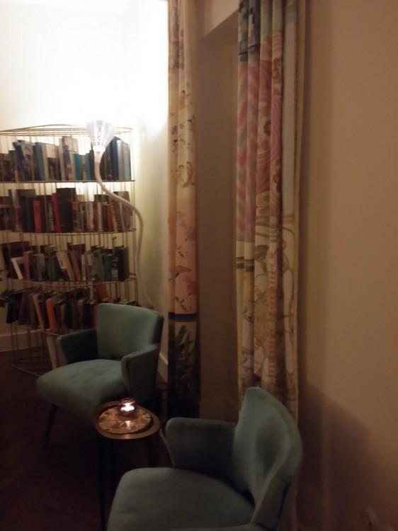 Οι κουρτίνες είναι μία ιδέα της Τίνας Δασκαλαντωνάκη, φτιαγμένες από ολομέταξα μαντήλια που συλλέχθηκαν στην Ευρώπη...