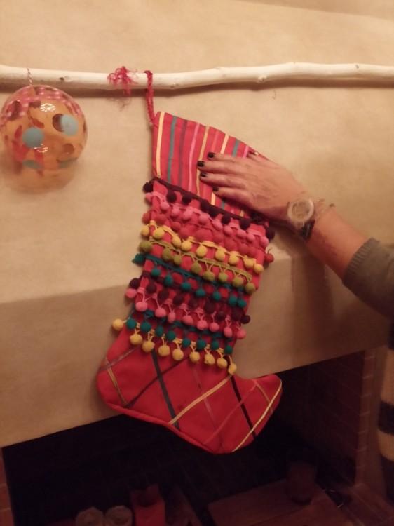 Ανάμεσα τους, τοποθετήσαμε τις κάλτσες για τον Αϊ Βασίλη. Μέσα θα βάλουμε καραμέλες και το Γράμμα...
