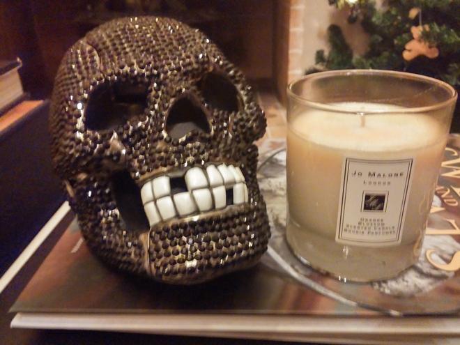 """Πάνω στο βιβλίο """"Sweets & Treats"""" η νεκροκεφαλή που μου έφερε στο Halloween η Βανέσσα από το Παρίσι, και Orange Blossom από την Jo Malone...Δίπλα, μία σύνθεση από Τουλίπες..."""