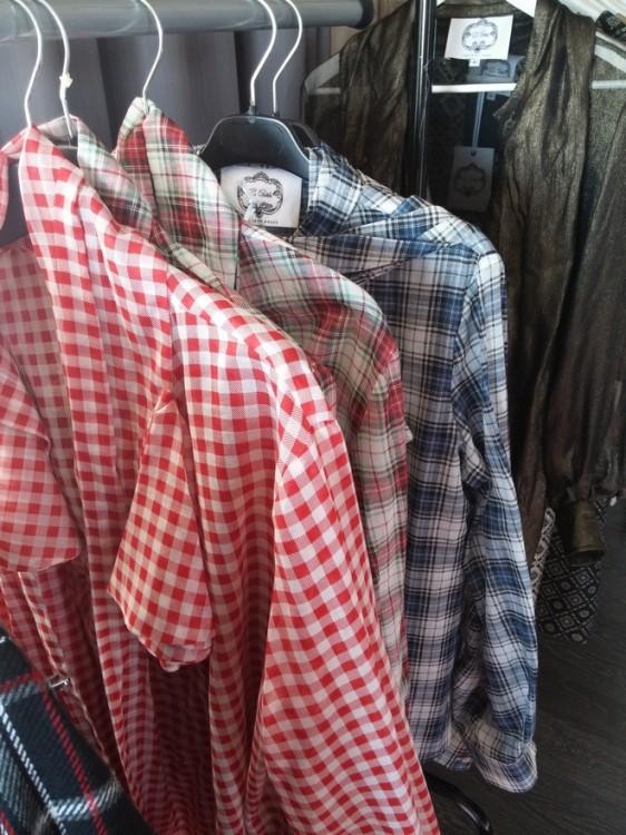 Τα απίθανα πουκάμισα της Εύης, που φοριούνται από blue jeans έως με ταγιέρ ή κουστούμι!