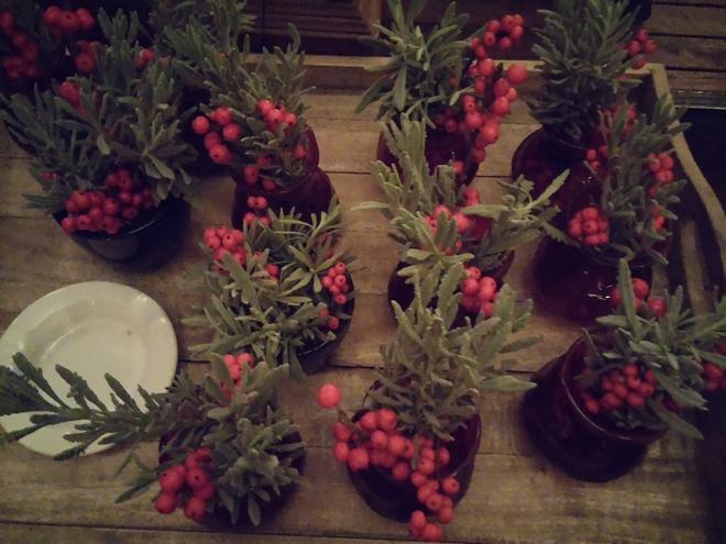 Στα side tables Χριτουγεννιάτικες συνθέσεις...