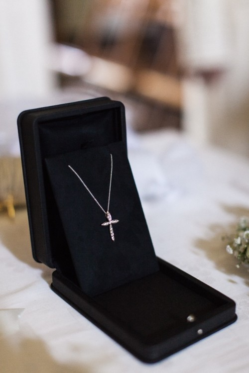 """O Σταυρός...Κατά την γνώμη μου πρέπει να είναι πολύτιμος χωρίς να φωνάζει την τιμή του...Η δική μου επιλογή ήταν από το Diamond Club Danelian...φυσικά! Ο συγκεκριμένος Σταυρός κατά την γνώμη μου είναι ο πιο κομψός. Συμτωματικά, τον σχεδίασε η Ειρήνη Δανελιάν, και ο Σταυρός λέγεται """"Ειρήνη""""....Special tip: Το name tag της νεοφώτιστης στην αλυσίδα..."""