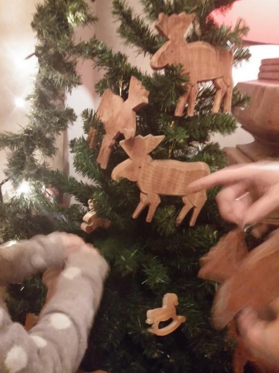 H Ελμίνα και εγώ τοποθετούμε στα δύο (!) δέντρα μας τα ξύλινα παιχνίδια...
