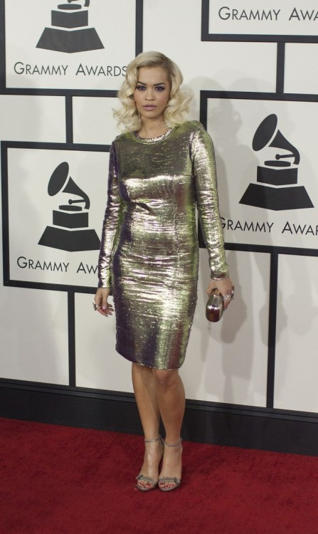 Με χρυσό φόρεμα εμφανίστηκε και η 23χρονη βρετανίδα τραγουδίστρια Rita Ora.