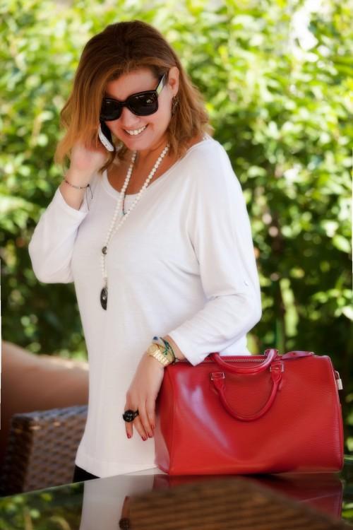 Μία λευκή μπλούζα από το πρωί...Με κοσμήματα της Βανέσσας Γερουλάνου, και με αλλαγή τσάντας μπορώ να συνεχίσω έως το βράδυ...
