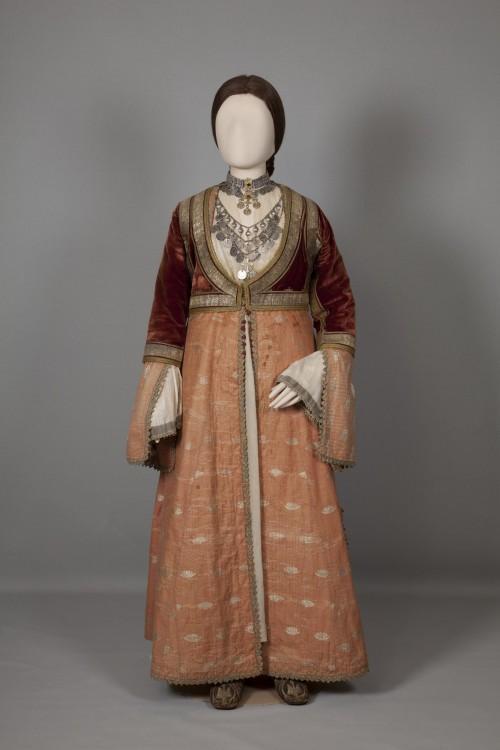 Aστική γυναικεία φορεσιά  Πύργος Ηλείας, Πελοπόννησος. Μέσα-τέλη 19ου αιώνα...