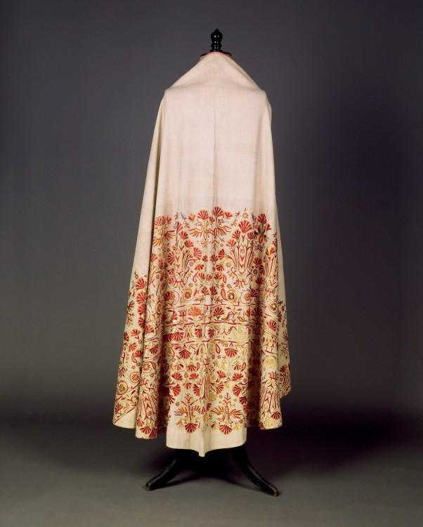 Φαιλόνιο λινομπάμπακο, κεντημένο με πολύχρωμα μετάξια  Κρήτη. Τέλη 18ου  αιώνα...
