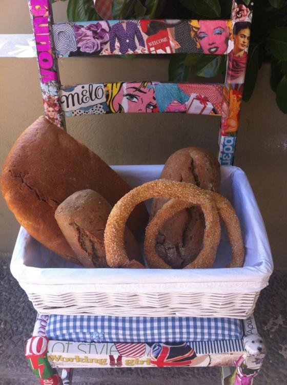 Κουλούρια σουσαμένια, ζυμωτό ψωμί, κουλούρια με πορτοκάλι και άλλα με κανέλα μέσα σε καλάθια για τους καλεσμένους μου!