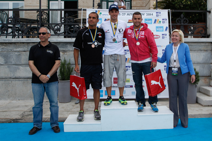 Οι πρώτοι του Spetsathlon Sprint με τον Πρόεδρο της Ε.Ο.ΤΡΙ. Γιώργο Γερόλυμπο και την Πρόεδρο της Οργανωτικής Επιτροπής, Μαρίνα-Λύδα Κουταρέλλη