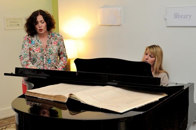 Η Έλενα Κελεσίδη ερμηνεύει άριες από γνωστές όπερες και στο πιάνο τη συνοδεύει ο Μαριλίνα Τσελεπή