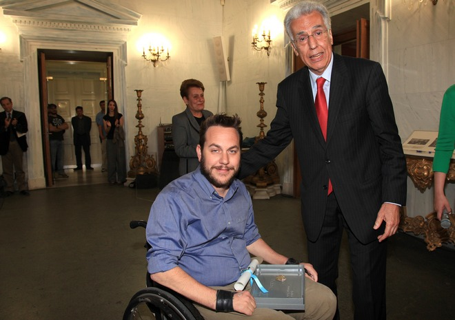 Ο Αλέξανδρος Ταξιλδάρης παραλαμβάνει το βραβείο του
