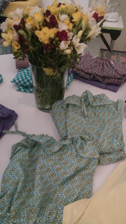 Και επιλέξαμε και τα ομορφότερα ρούχα για τις κόρες μας...